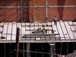 Bilder - Best of 2004 - Spanien - Girona - arbeiter-auf-dach